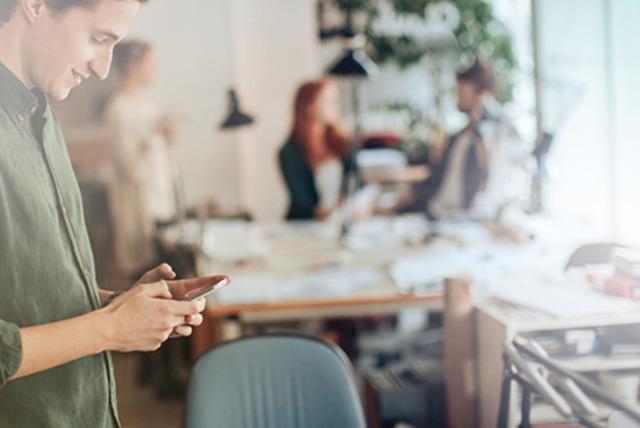 ¿Qué tan adictos son los chilenos al celular en el trabajo?